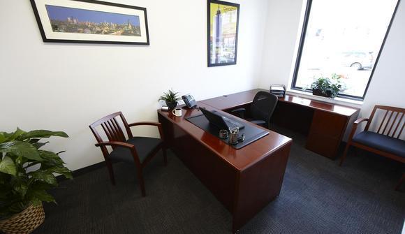 06 05 17 933 u desk office
